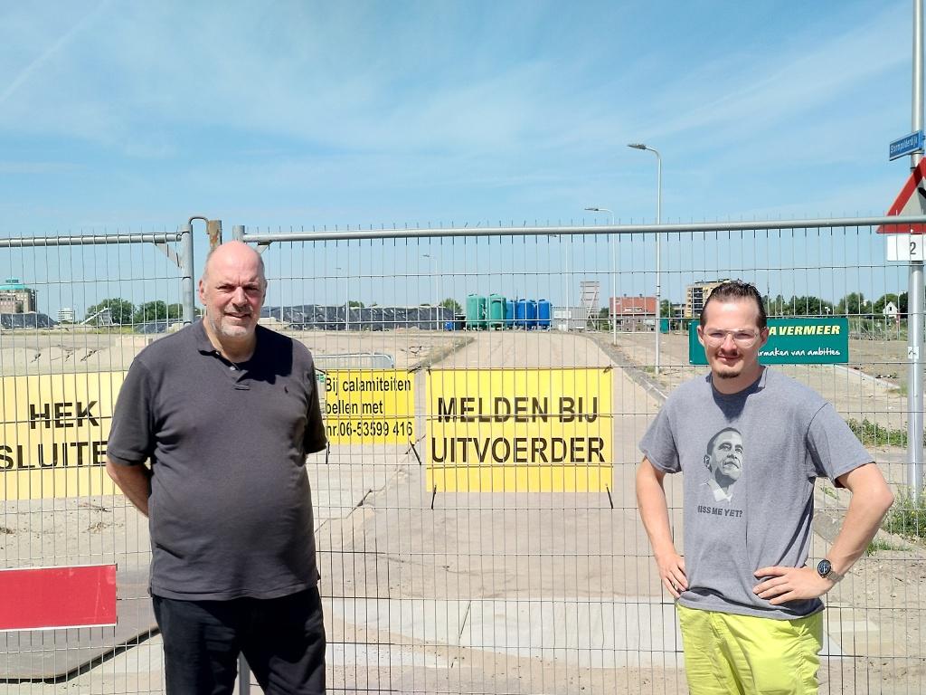GroenLinks statenlid Robert Klumpes en Wouter van Blanken bij bezoek aan EMK-terrein.